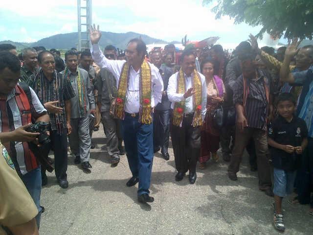 Tampak Bupati/Wabup Malaka, Stefanus Bria Seran-Daniel Asa diterima Sekda Malaka dan warga Malaka di Bandara AA. Bere Tallo, Atambua.