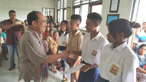 Jeriko Serahkan Beasiswa PIP Kepada 256 Siswa SMPN 9 Kupang Timur