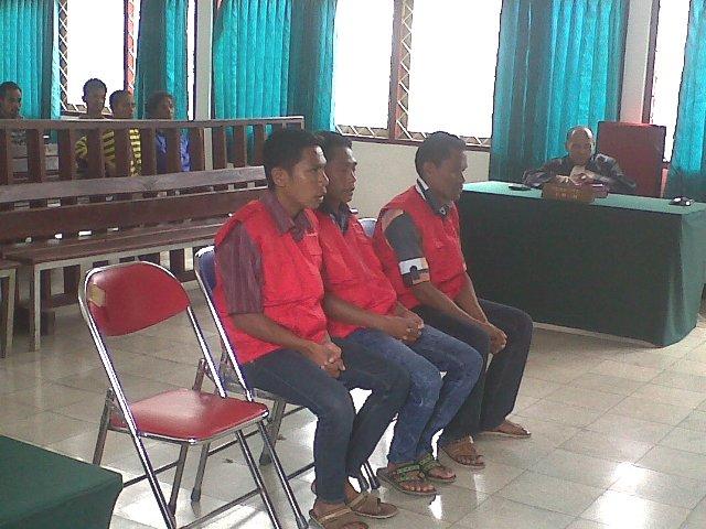 Ketiga terdakwa masing-masing Rongky Tfuakani, Armen Mamo dan Melkianus Olla ketika mengikuti persidangan di Pengadilan Negeri SoE, Selasa (23/2).