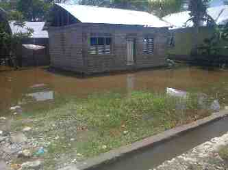 Rumah warga di Motaulun tergenang air hujan.