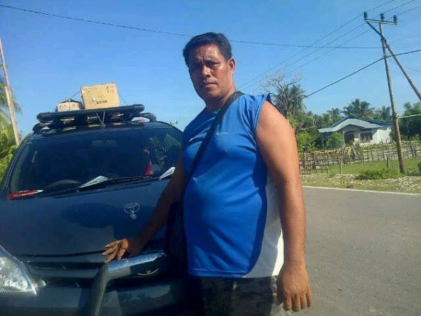 Tampak Yasintus Nahak dengan mobilnya siap mengangkut penumpang ke Kupang.
