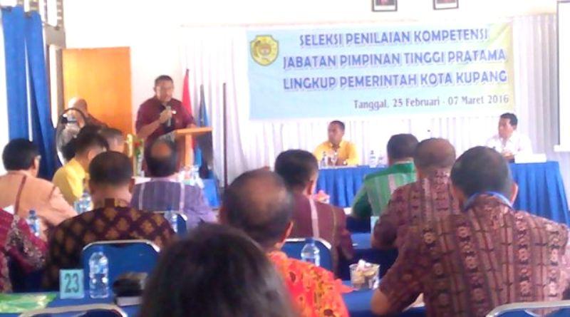 Walikota, Jonas Salean memberi sambutan dan minta pejabat profesional.