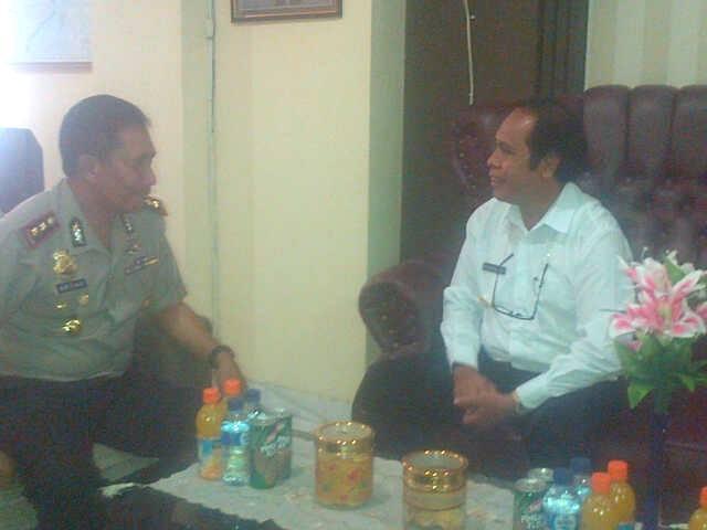 Kapolres Belu dan Bupati Malaka sedang berdiskusi.
