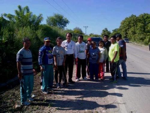 Bupati bersama jajaran Dinas PU Malaka membersihkan bahu jalan dan drainase.