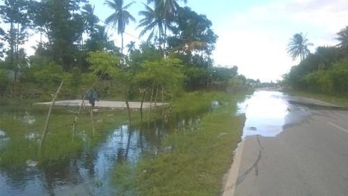 Ketiadaan drainase atau saluran permanen, air mengalir di badan jalan di Kleseleon.