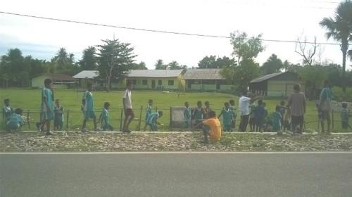 Tampak murid dan guru SD Wetulan membersihkan lingkungan sekolah.