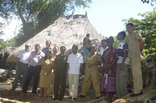 Farry Francis didampingi Wabup Belu, pose bersasama usai memantau situs budaya Matabesi.