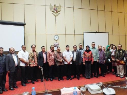 Gubernur NTT pose bersama Ketua dan anggota Komisi V, DPR RI.