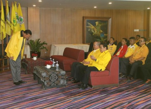 Jonas Salean memberi hormat kepada Ketua DPD I Golkar NTT, IA Medah dan Daniel Adoe.