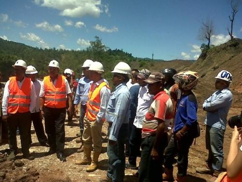 Ketua Fraksi Nasdem DPRD RI, Victor Bungtilu Laiskodat ketika meninjau lokasi tambang PT. SMR (Rabu,23/3).