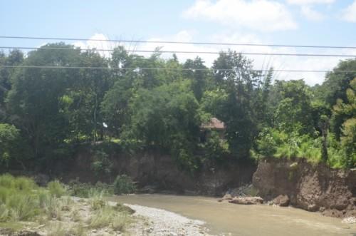 Inilah rumah warga Fatubenao yang terancam lomgsor akibat banjir Kali Talau.