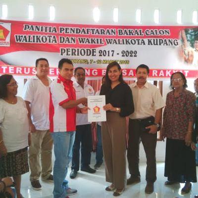 Tampak Niken Mitak menyerahkan dokumen pendaftaran kepada pengurus Gerindra, Isidorus Lilijawa.
