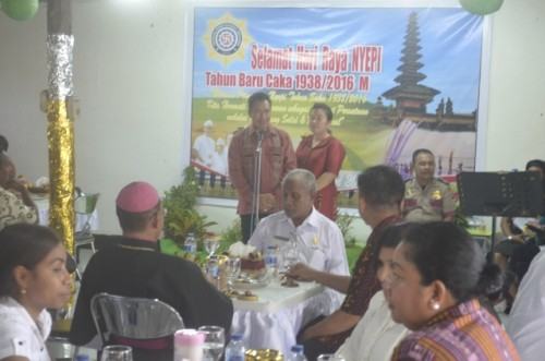 Kapolres Belu bersama istri ketika menyampaikan ucapan terima kasih atas perayaan hari Nyepi yang aman dan damai.
