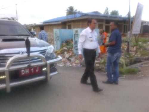 Bupati Malaka sedang berjalan untuk memantau kebersihan Pasar Baru Betun.