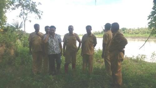 Dinas PU, Camat Malaka Tengah, Kades Naimana memantau lokasi pengerjaan tanggul darurat.