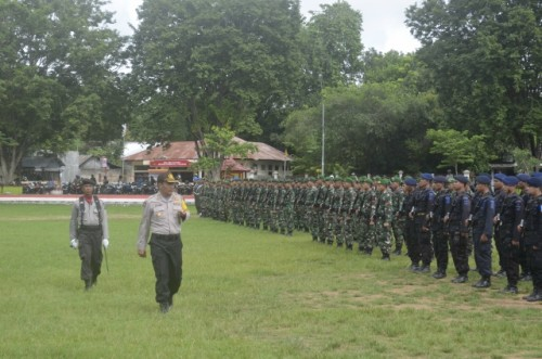 Kapolres Belu saat memeriksa pasukan.