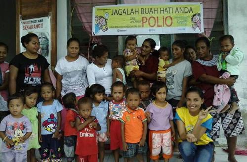 Tenaga kesehatan, Kader Posyandu, orang tua, bayi dan anak balita pose bersama, setelah PIN di Desa Letbaun, Selasa (8/3) lalu.