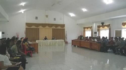 Tampak Sekda Malaka, Donatus Bere bersama Kabag Kepegawaian Malaka memberi arahan kepada CPNSD Malaka yang akan mengikuti prajabatan di Kupang.