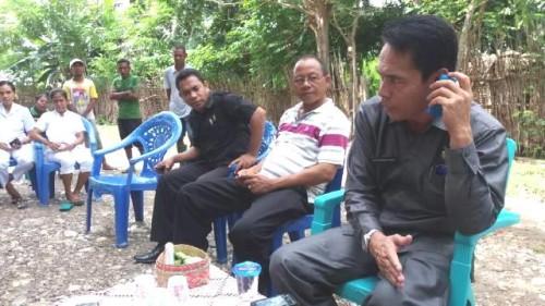 Tampak Plt Asisten II, Petrus Bria Seran, anggota DPRD Malaka dan petugas kesehatan siaga di posko banjir.