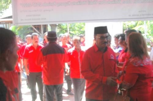 Tampak yeskiel Loudoe, Sely Tokan dan John Seran ketika mendatangi Sekretariat DPC PDI Perjuangan Kota Kupang, untuk mendaftarkan diri.