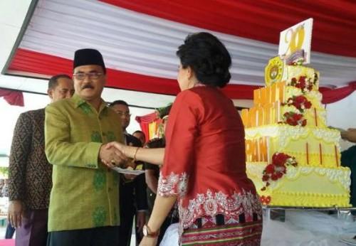 Ny. Destiana Salean-Ndapamerang menyerahkan tumpeng kepada Ketua DPRD Kota Kupang, Yeskhiel Loudoe.