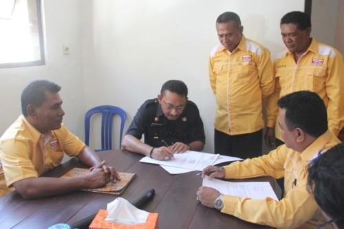 Jonas Salean ketika mendaftar di Partai Hanura Kota Kupang.