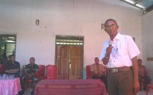 Pj Kades Numponi sedang memberikan sambutan dalam sertijab Kades tersebut.