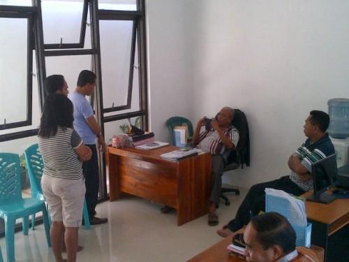 Pasangan PNS selingkuh sedang diinterogasi oleh Wabup Belu, JT. Ose Luan.