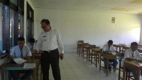 Bupati Malaka memantau siswa yang sedang mengikuti UN.