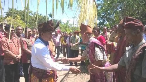 Wabup Malaka, Daniel Asa ketika diterima warga Sasitamean.