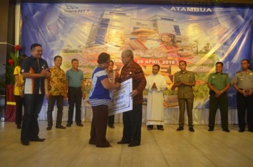 Wabup Belu serahkan hadiah kepada pemenang undian bank NTT Cabang Atambua.
