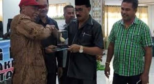 Pimpinan DPRD Kota Kupang dan Mojokerto tukaran cendramata.