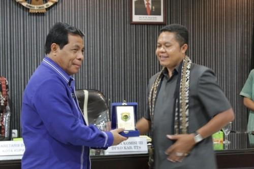 Sekda Kota Kupang terima plakat dari Ketua Komisi III DPRD TTS.