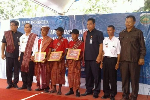 Tampak pengurus Kelompok Tani Bero Sembada pose bersama Bupati Malaka, Kepala BI Kupang, Direktur Pemasaran Bank NTT dan Camat Laenmanen serta anggpta DPRD Malaka.