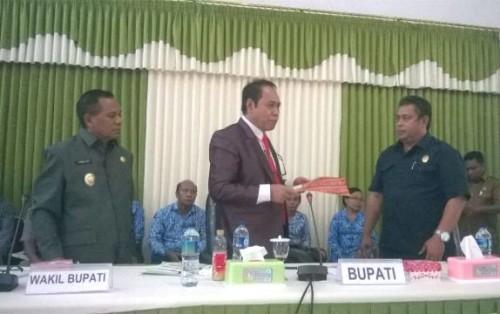 Bupati Malaka menyerahkan nota kesepahaman kepada Ketua DPRD Malaka.