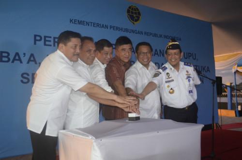 Menhub, Gubernur NTT, Ketua Komisi V DPR RI, Bupati Belu dan sejumlah pejabat menekan sirene di Pelabuhan Atapupu.