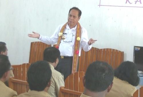 Bupati Malaka ketika berdiskusi dengan para Kasek SMP, SMA/SMK se Kabupaten Malaka.