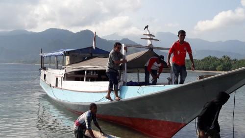 Anggota DPR/MPR RI, Honing Sanny naik perahu menuju Palue