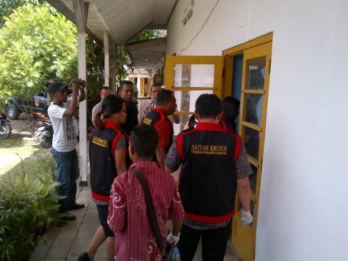 Penyidik Kejari Atambua ketika menggeledah kantor DKP Belu.