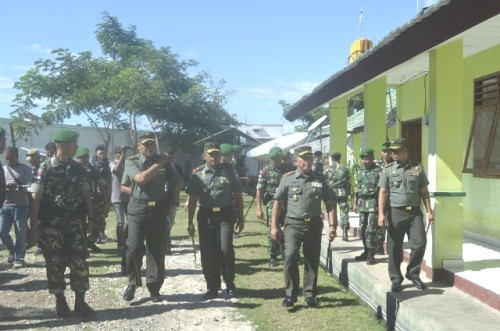 Pangdam IX/Udayana ketika meninjau pos TNI Motaain.