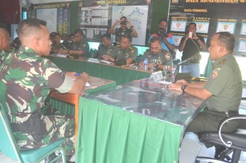 Pangdam Udayana mendengarkan paparan dari Satgas Pamtas RI-RDTL.