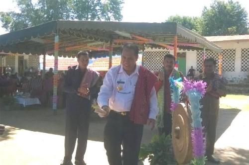 Bupati Malaka memukul gong tanda bulan Gotong Royong dimulai di Malaka.
