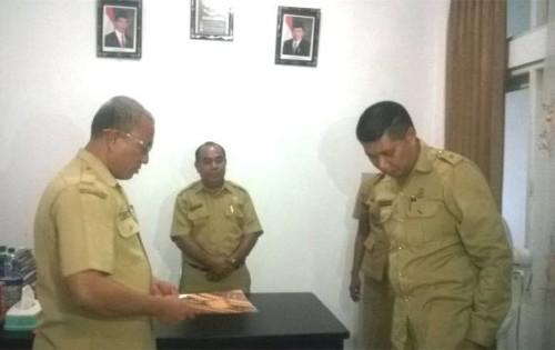Tampak Plt Kaban Perbatasan Nando Seran menerima dokumen dari pejabat lama, Eman Makaraek, disaksikan Asisten I, Sekda Malaka.