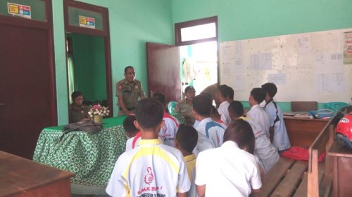Belasan siswa dibina Pol PP Kota Kupang.