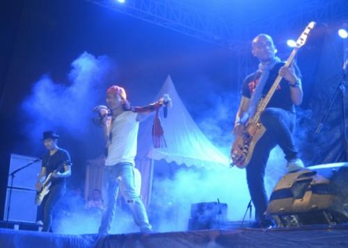 Slank ketika konser di Atambua.