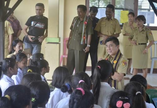 Bupati berdialog dengan para siswa.