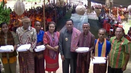 Wabup Malaka pose bersama masyarakat penerima bantuan.