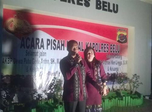 Mantan Kapolres Belu bersama istri.