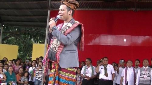 Mario G. Klau dengan kain tenun khas Malaka