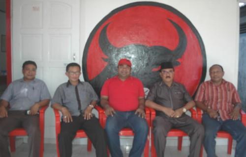 Pengurus dan Tim V DPC PDI Perjuangan Kota Kupang sedang memberi keterangan pers soal pengunduran diri Selly Tokan.